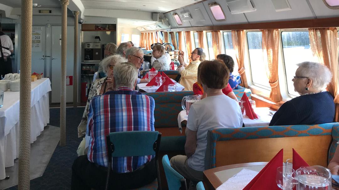 ryhmä veneellä
